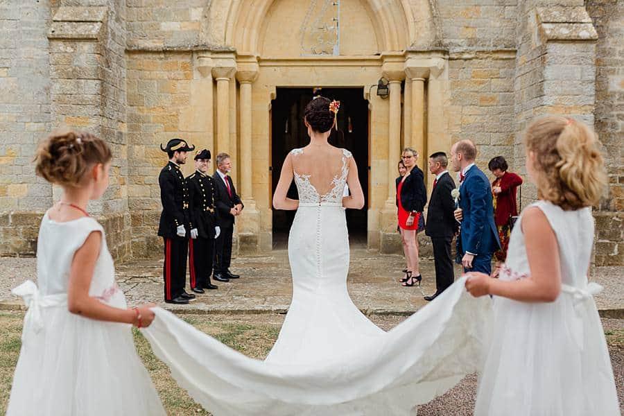 La mariée prépare son entrée dans l'église