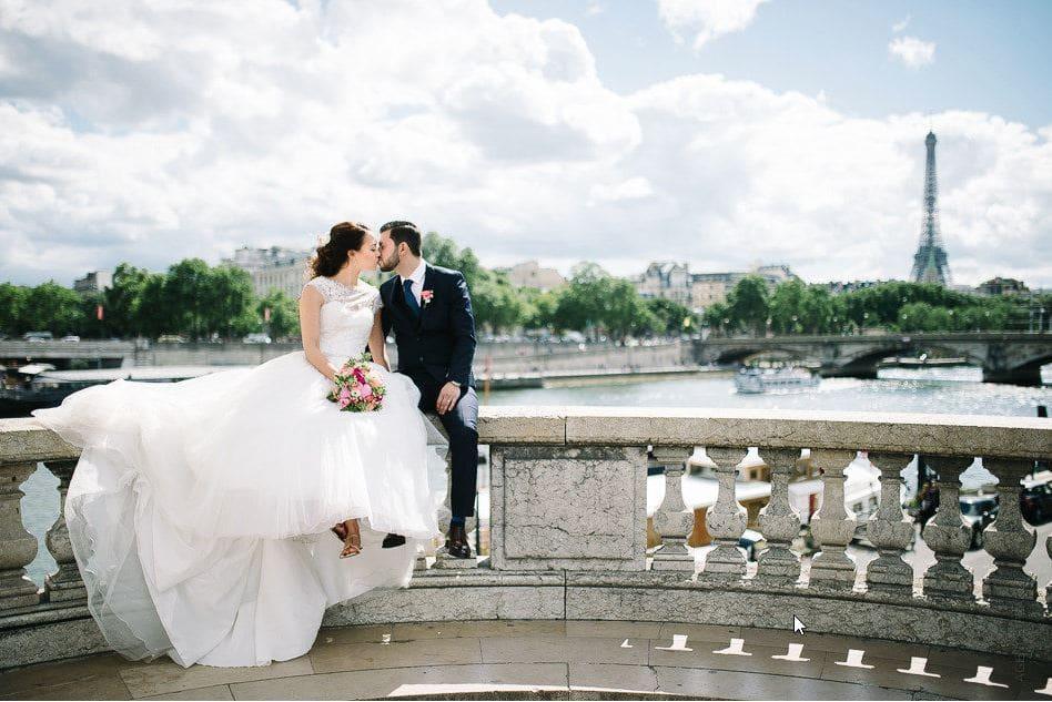 Pose des mariés devant la tour Eiffel