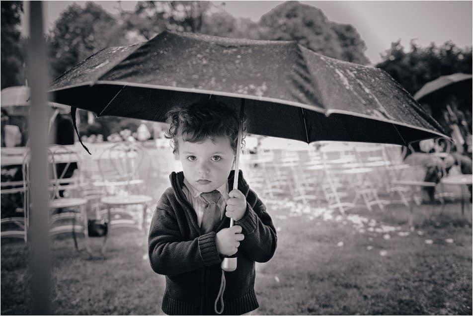 un enfant sous un parapluie