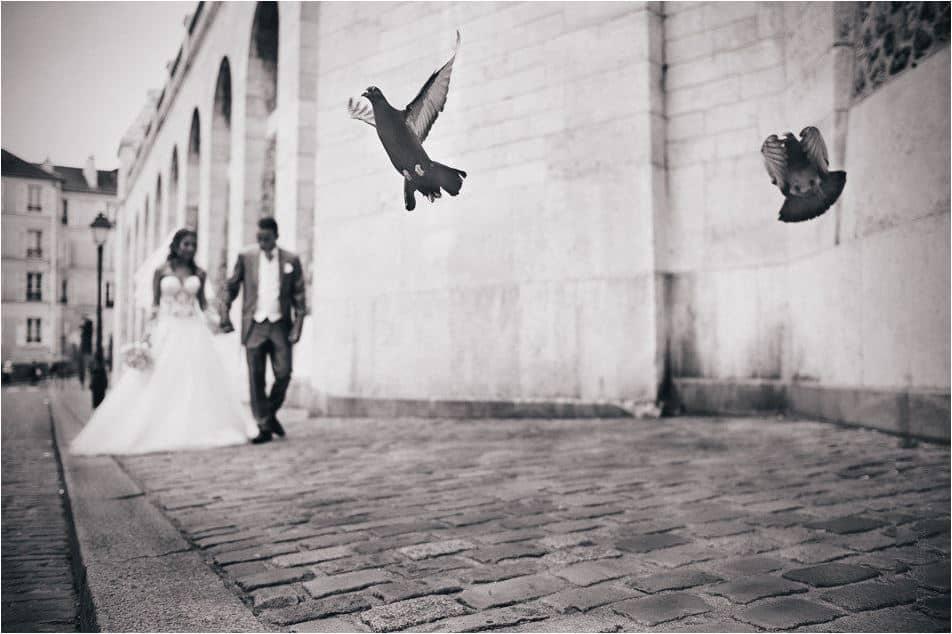 Mariés main dans la main en amoureux à Paris