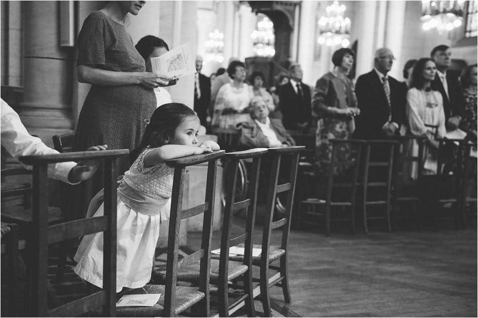 Petite fille qui observe dans l'église