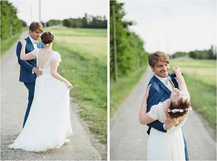 Les mariés dansent sur la route