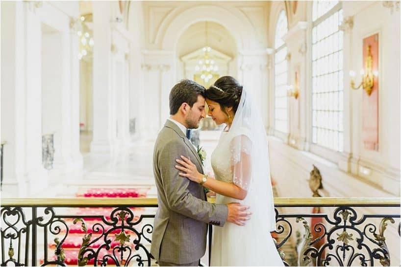 Un moment complice pour les mariés