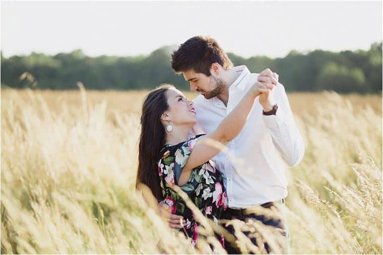 Des amoureux dans le champs de blés
