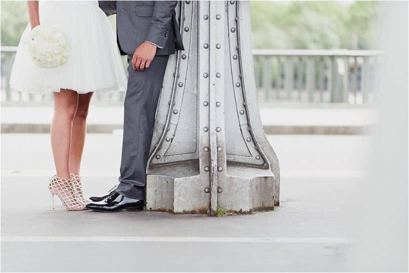 Cadrage sur les chaussures des mariés