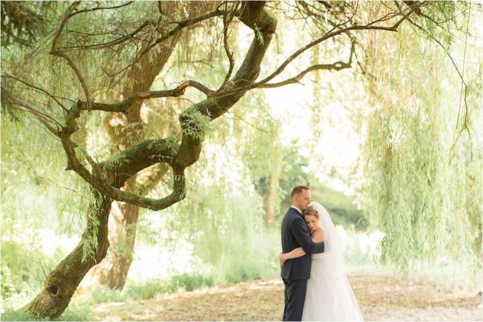 Couple de mariée dans les bras l'un de l'autre