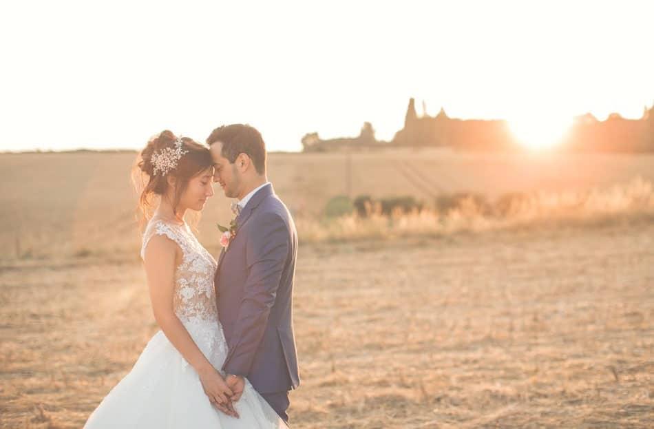 Photo des mariés au coucher du soleil