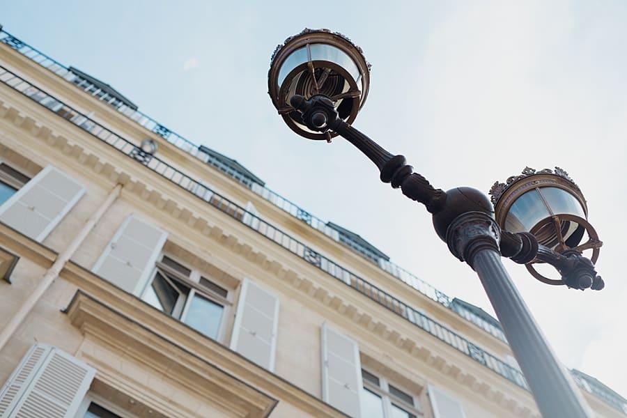 Un lampadaire et un immeuble parisien