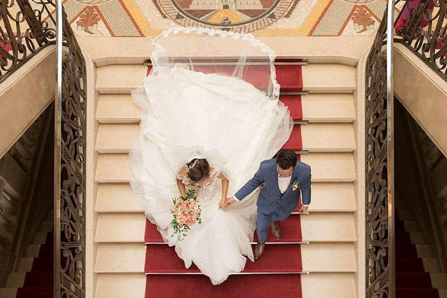 Les mariés dans les escaliers de la mairie