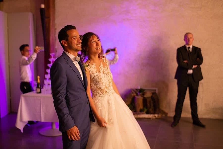 La mariés tout sourire pendant la soirée