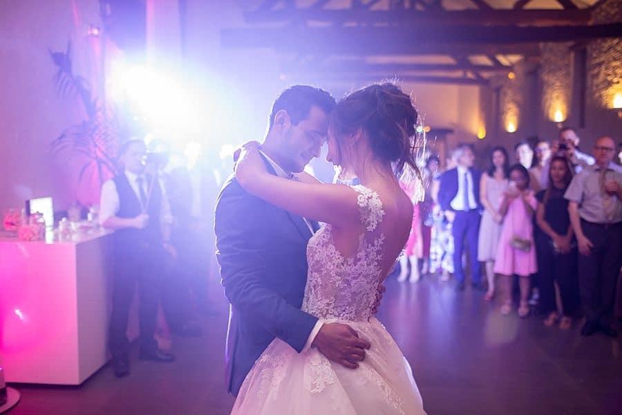 Le couple de mariés dansent