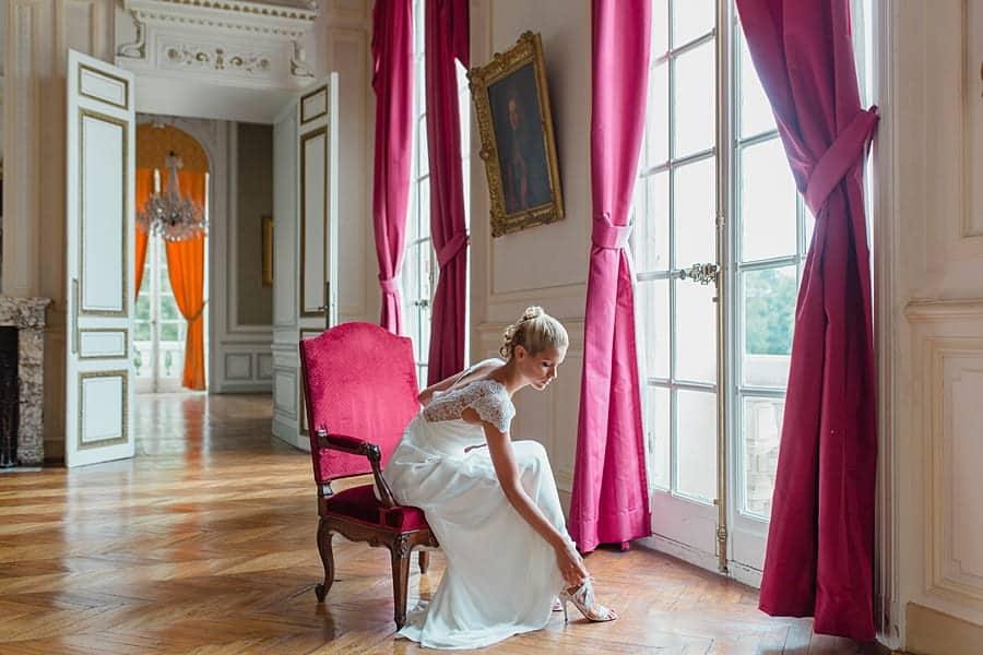La mariée enfile ses chaussures Louise Paris