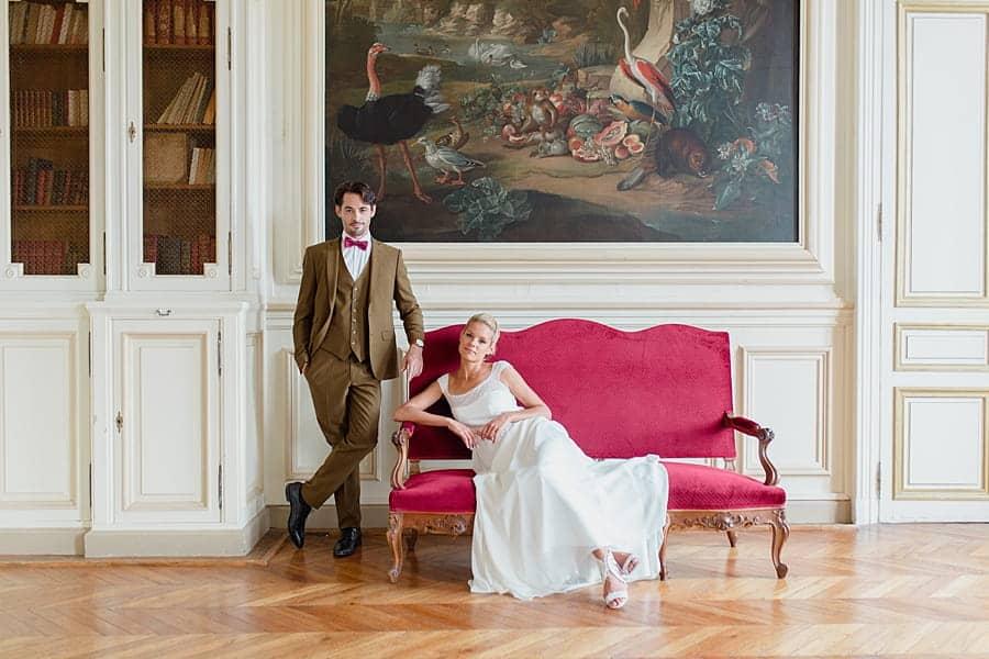 Pose des mariés glamour tout en rouge et blanc au château de Baronville