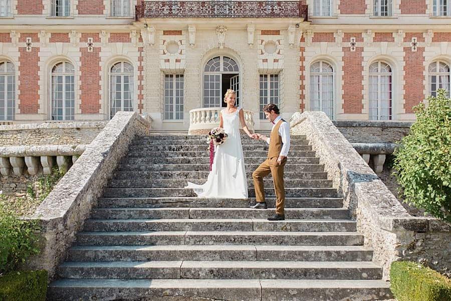 Le marié prend la main de sa chère et tendre