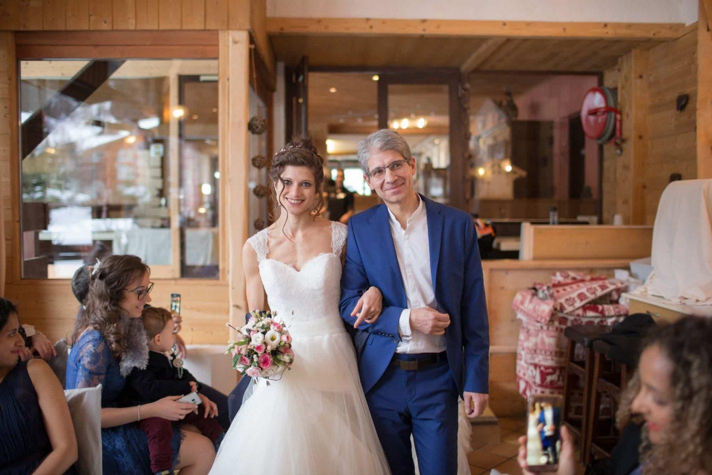 la mariée entre au bras de son père