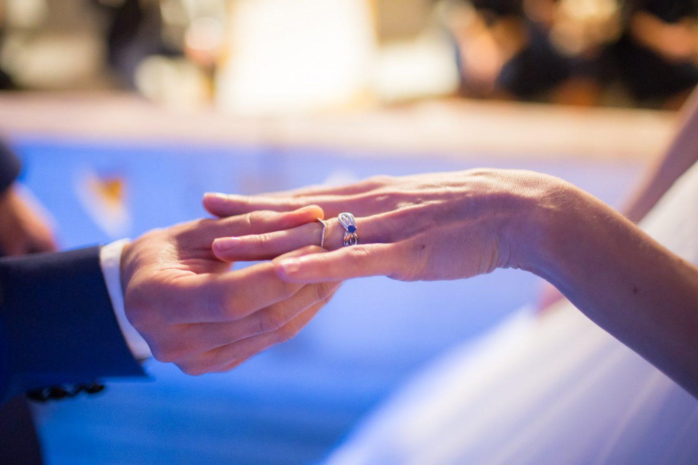le marié met l'alliance à sa dulciné