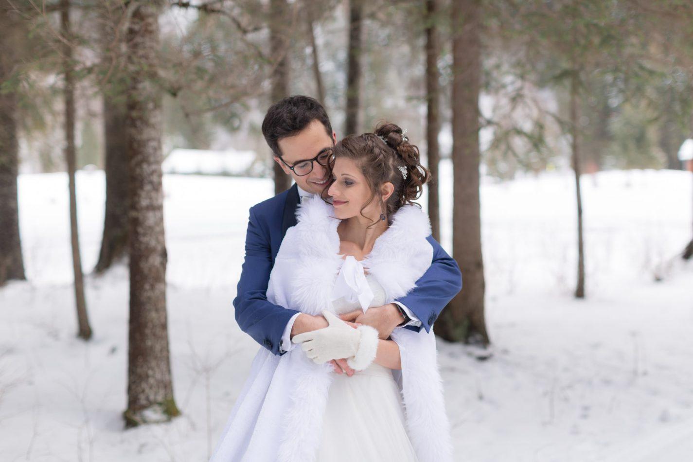 séance de couple dans la neige