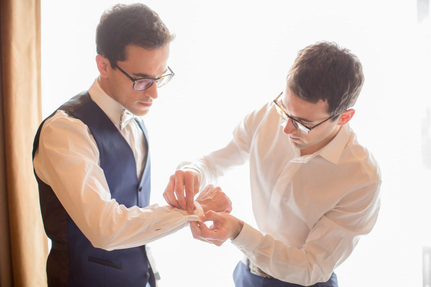 le marié se prépare pour son mariage
