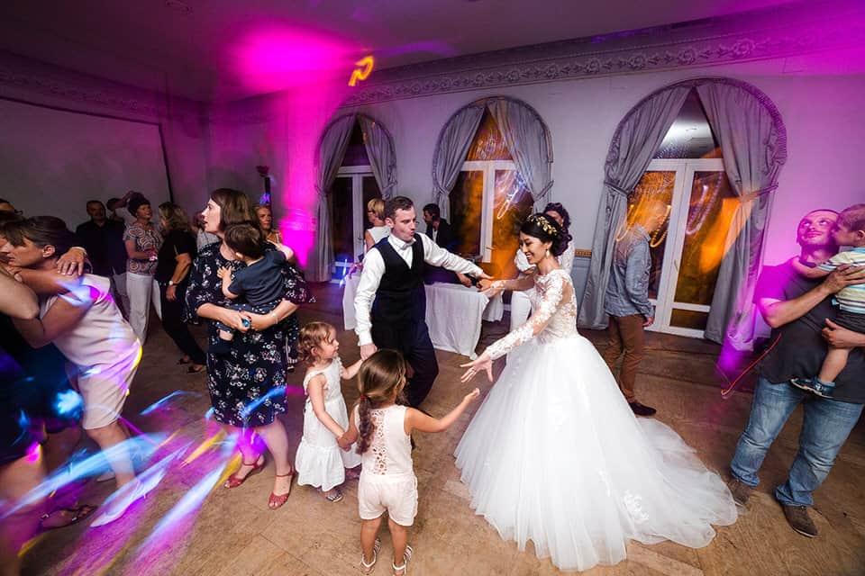 les mariés et les enfants dansent