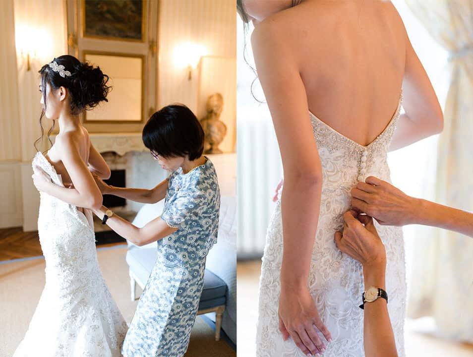 mariée en train de se faire aider pour la robe