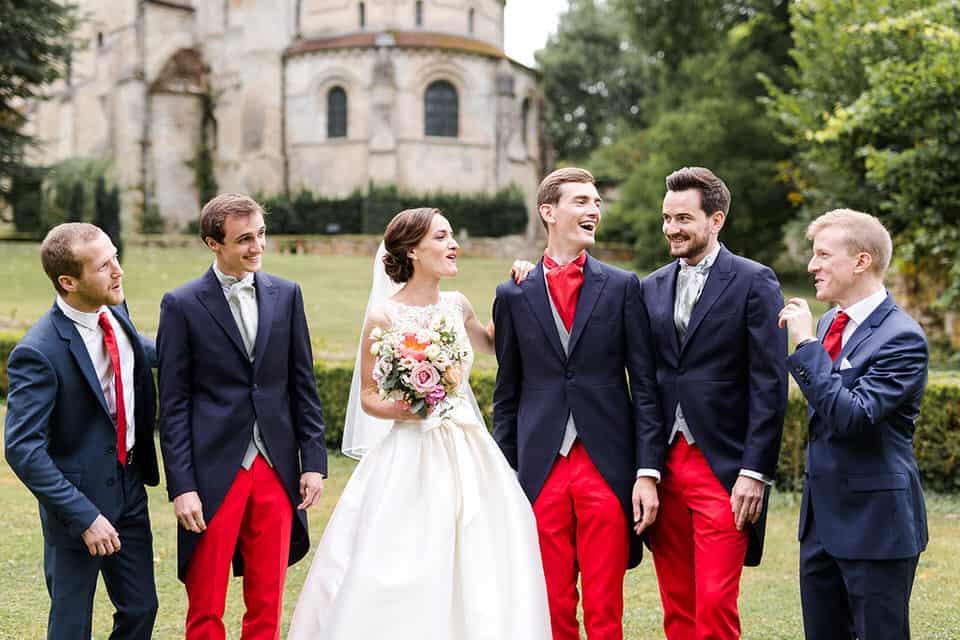 les mariés s'amusent pendant les photos de groupe
