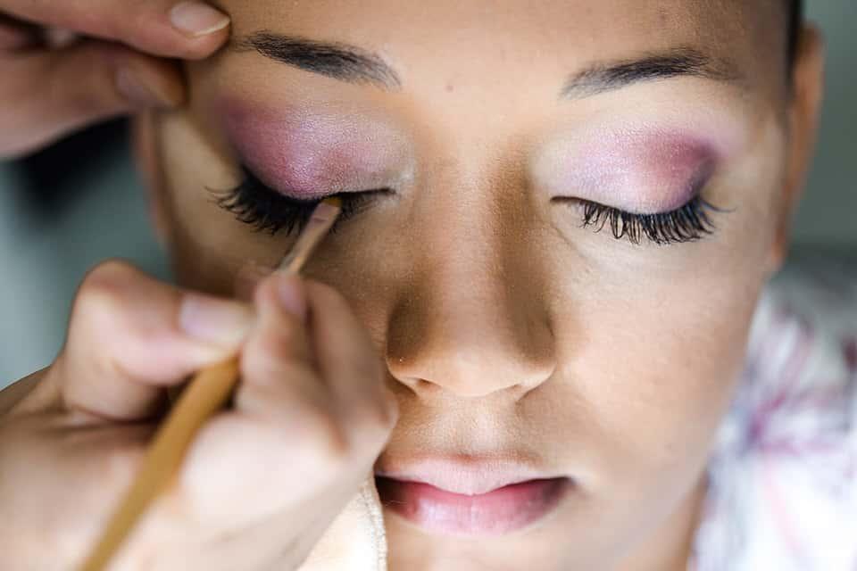 le maquillage de la mariée pendant les préparatifs