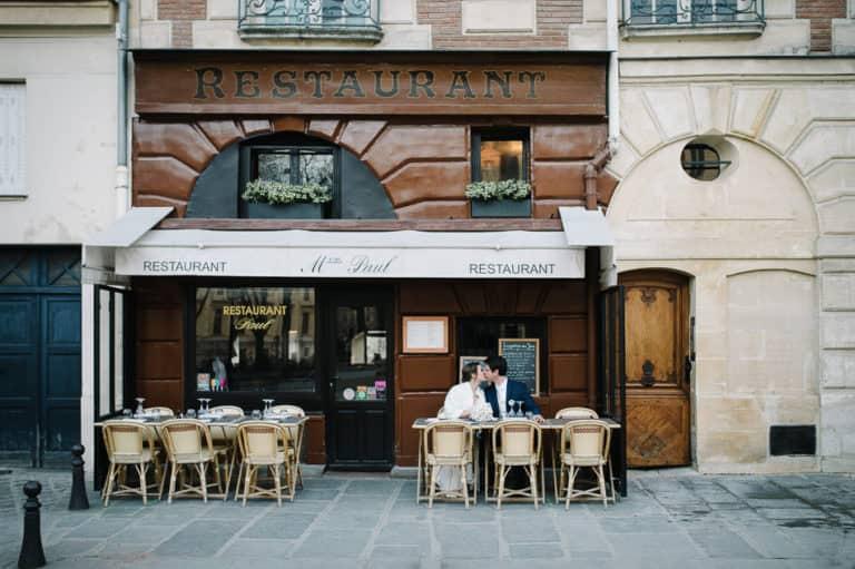Couple dans un café typiquement parisien