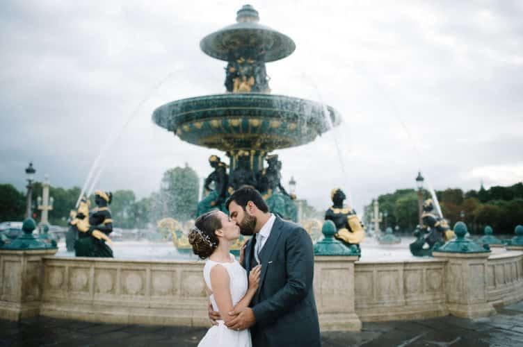 Couple devant les fontaines de la Concorde