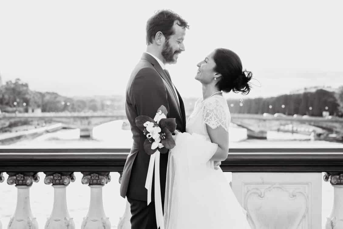 Mariés sur un pont parisien