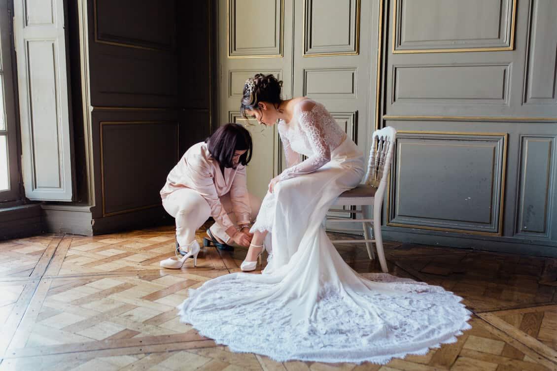la mariée se prépare aidée de sa mère