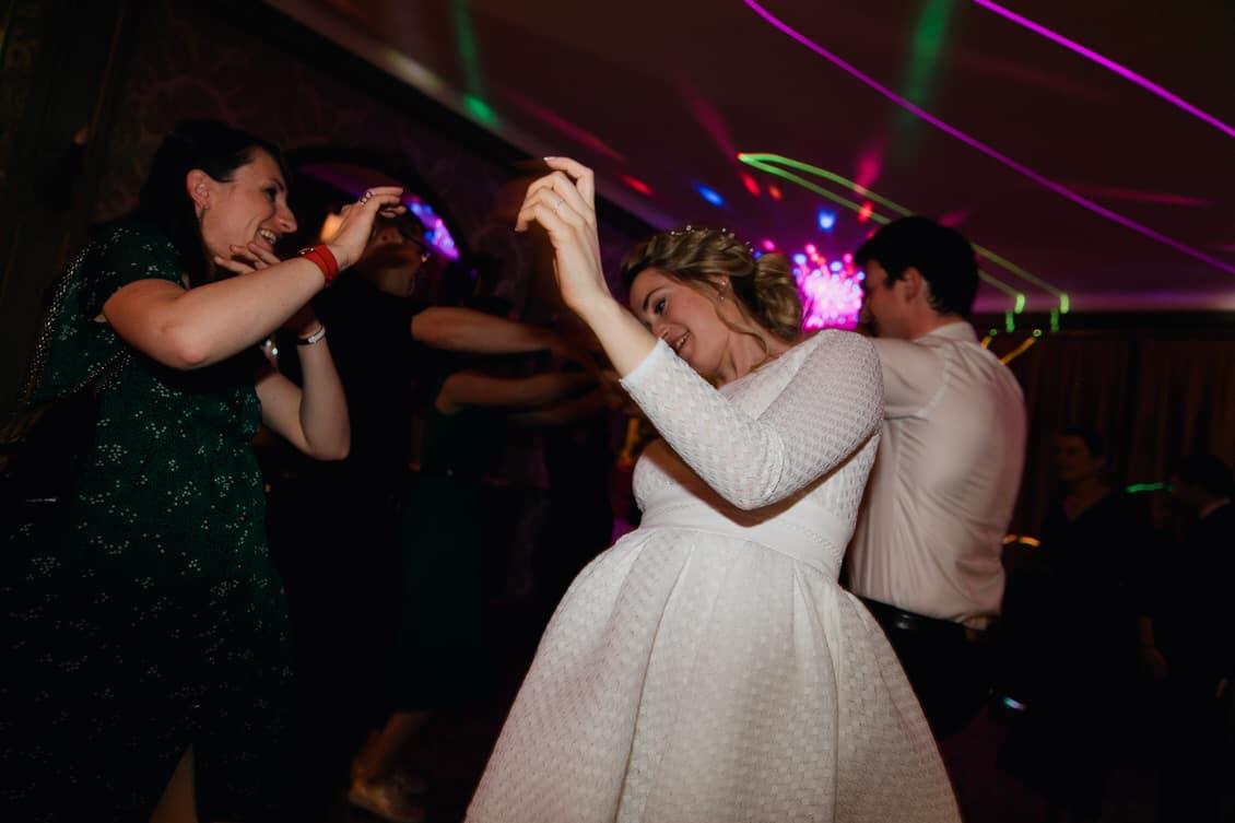 La mariée danse pendant la soirée