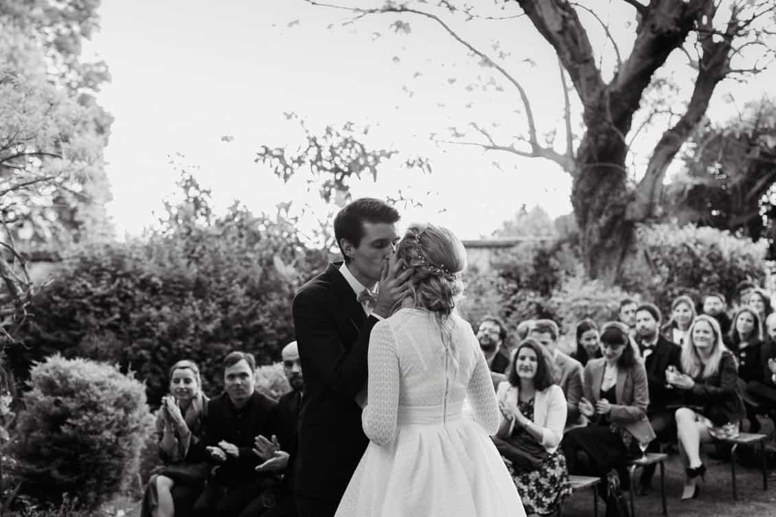 Le marié embrasse sa femme