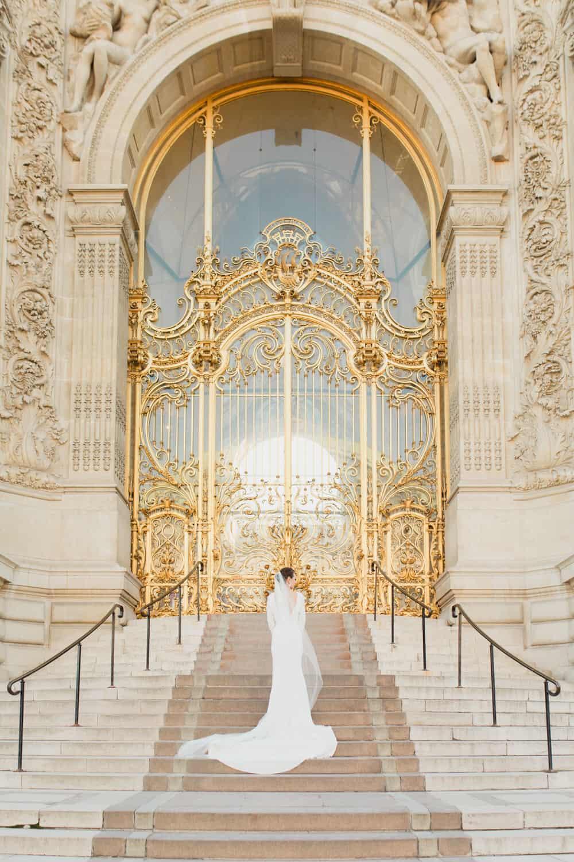 mariée devant le petit palais à paris