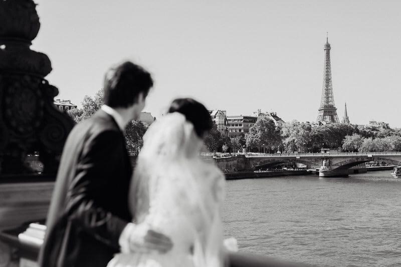 Couple qui observe la tour eiffel