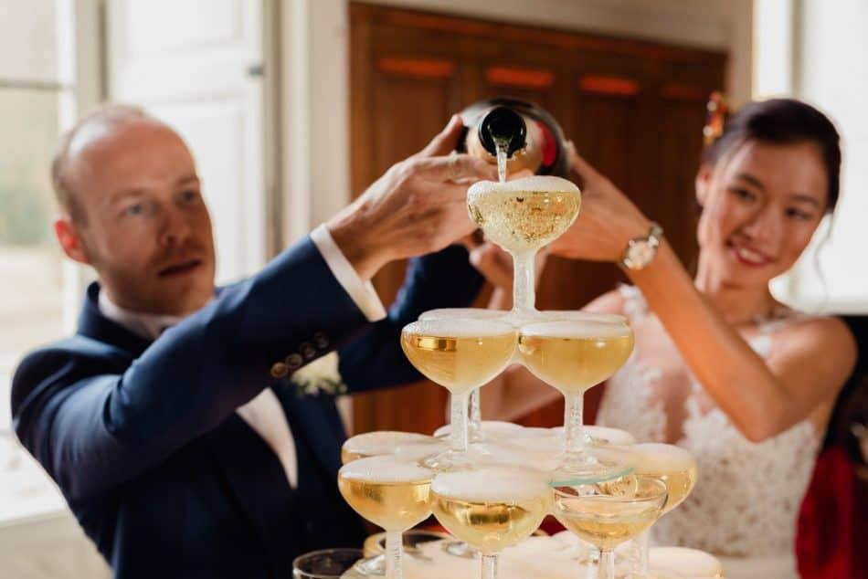un couple de mariés pendant le cocktail